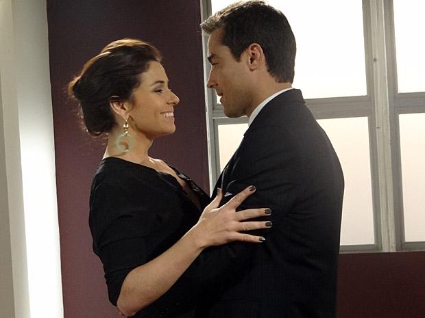 Claudia e Vicente se encontram (Foto: Aquele Beijo/TV Globo)