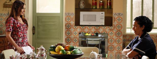 Damiana e Raimundinha conversam na cozinha (Foto: Aquele Beijo/TV Globo)