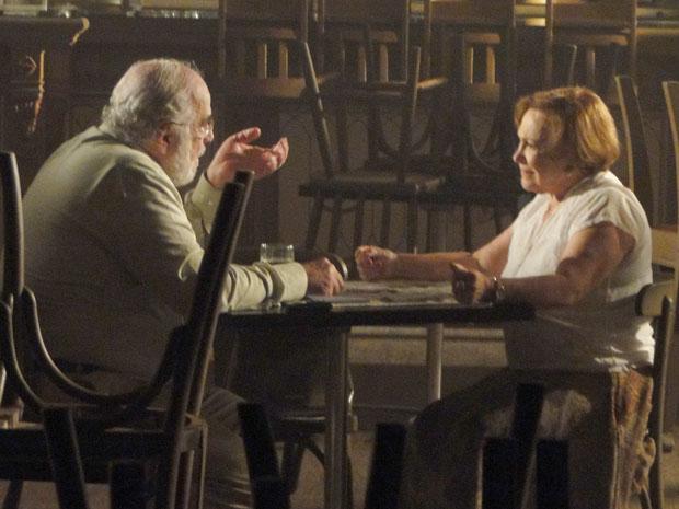 Agradecido, Álvaro aceita voltar a alugar o salão para o baile (Foto: A Vida da Gente - TV Globo)