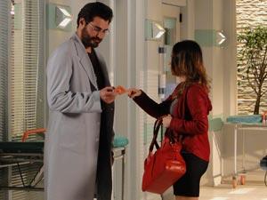 Para a felicidade do médico, Ana aceita treiná-lo para aprender tênis (Foto: A Vida da Gente/TV Globo)