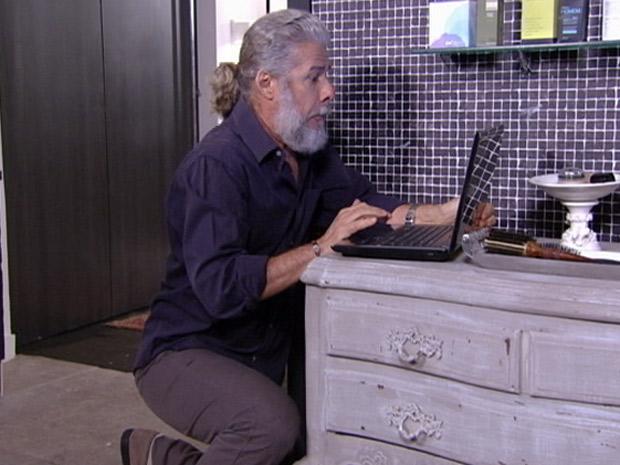 Pereirinha pega laptop das mãos de Antenor e apaga o arquivo (Foto: Fina Estampa/TV Globo)