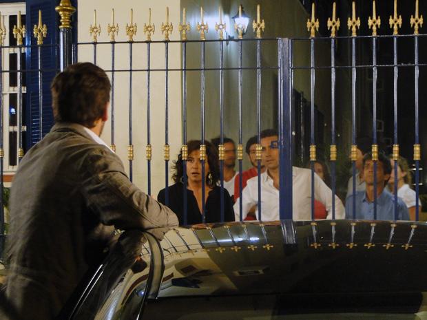 Rubinho arma confusão na frente do prédio de Claudia (Foto: Aquele Beijo/TV Globo)
