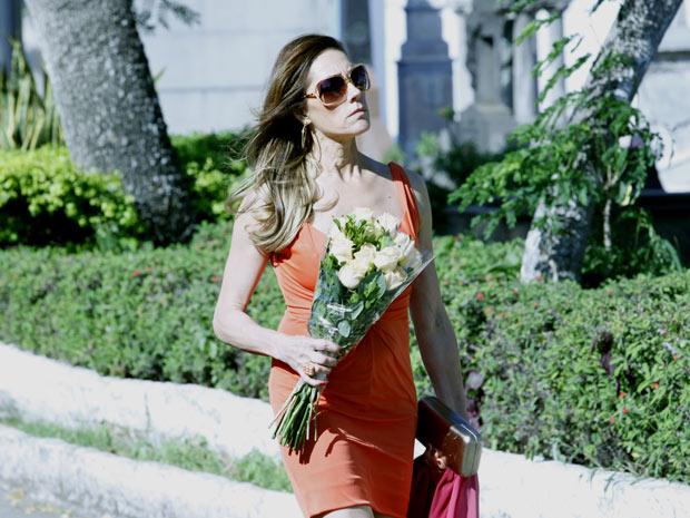 A socialite leva flores para os mortos durante o dia (Foto: Fina Estampa/TV Globo)