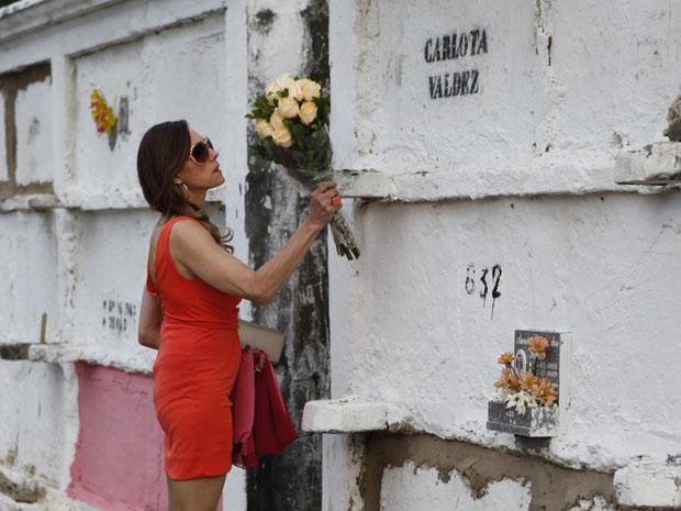 A perua demonstra revolta ao ver o túmulo de sua verdadeira mãe (Foto: Fina Estampa/TV Globo)