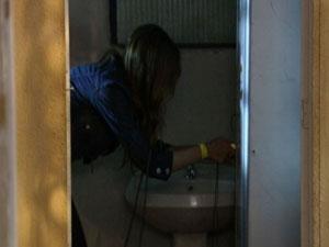 Natália pega a chave do armário de Moisés (Foto: Malhação / TV Globo)