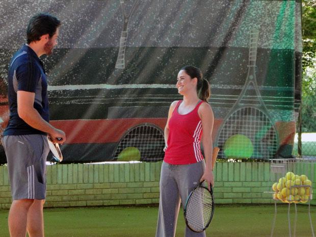 Ana dá a primeira aula de tênis para Lúcio (Foto: A Vida da Gente - TV Globo)