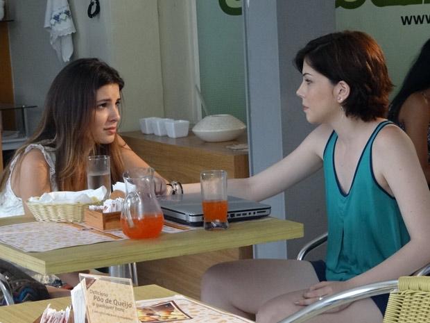 Cristal pede para Alexia marcar um encontro entre ela e Gabriel (Foto: Malhação / TV Globo)