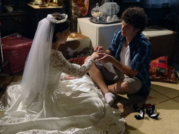 alexia se veste de noiva para Gabriel e eles se casam de brincadeira (Foto: Malhação / TV Globo)