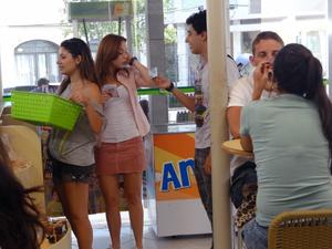 Débora aproveita que Ziggy está ali e o uso na armação (Foto: Malhação / TV Globo)