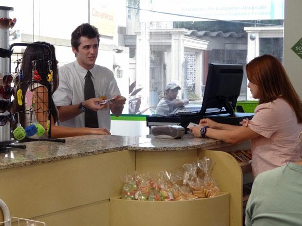 Guido tenta se explicar, mas Charlene não dá chance e o demite (Foto: Malhação / TV Globo)