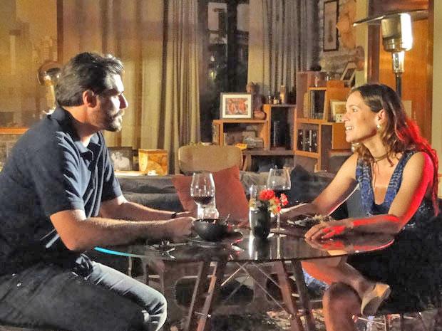 Laura diz que não pode ouvir falar em casamento (Foto: A Vida da Gente/TV Globo)