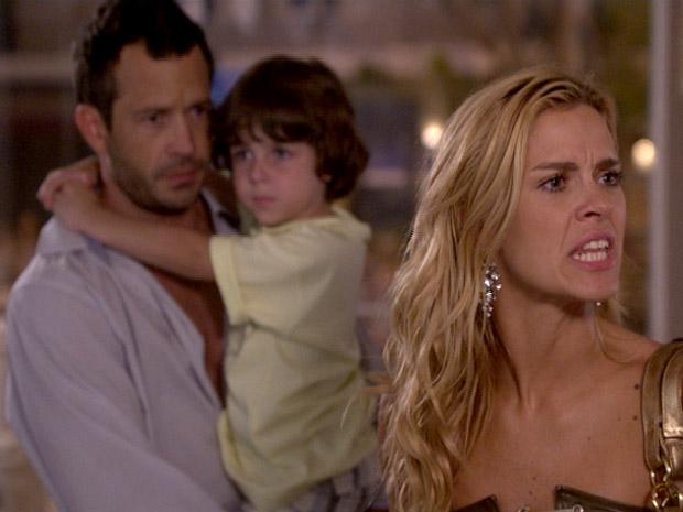 Quinzé tira o filho dos braços de Teodora enquanto ela discute com Griselda (Foto: Fina Estampa / TV Globo)