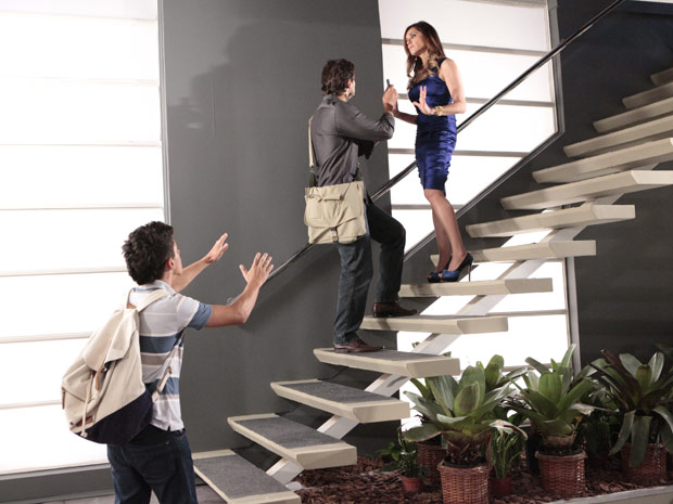 René Jr. impede que Tereza Cristina empurre jornalista escada abaixo (Foto: Fina Estampa/TVGlobo)