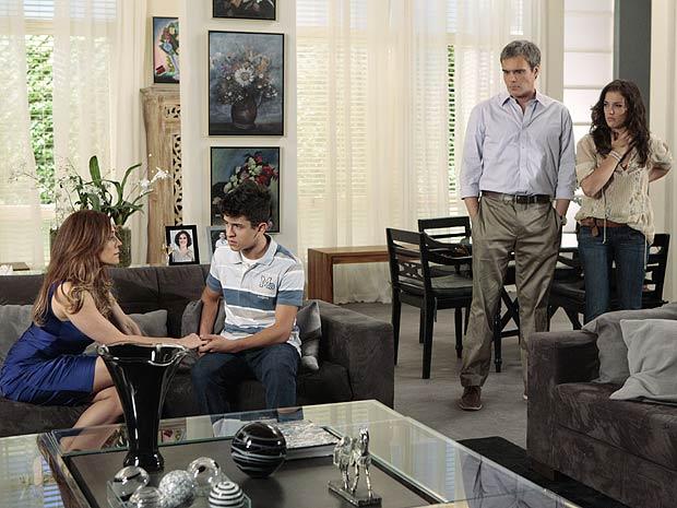 Tereza Cristina revela à família qual é o seu segredo (Foto: Fina Estampa / TV Globo)