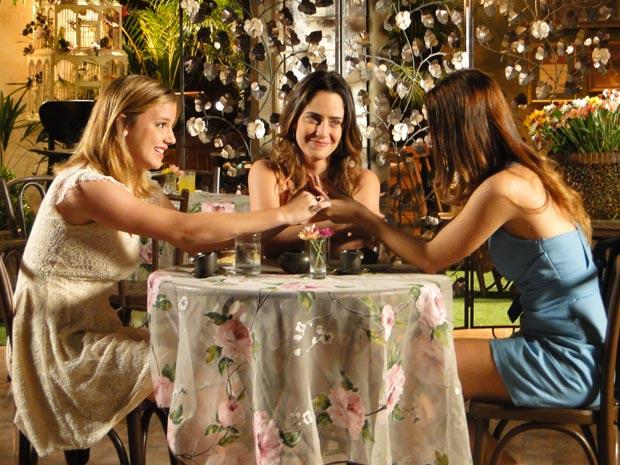 Na amizade das três, o encontro é um sucesso (Foto: A Vida da Gente/TV Globo)