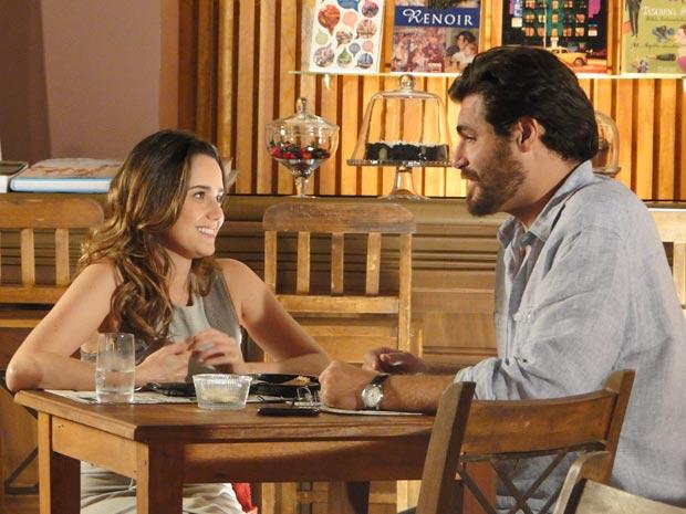 Ana e Lúcio estão se reaproximando (Foto: A Vida da Gente / TV Globo)