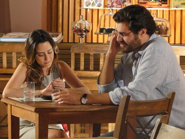 Ana disfarça o constrangimento quando Lúcio fala com a namorada (Foto: A Vida da Gente / TV Globo)