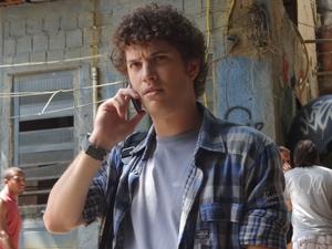 Gabriel estranha ligação da namorada (Foto: Malhação / TV Globo)
