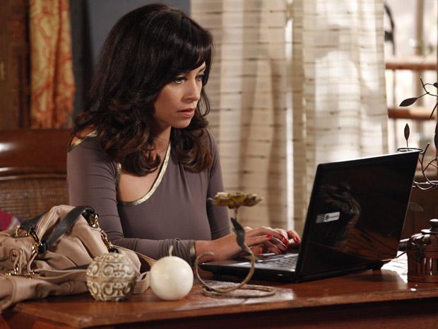 Joana quer saber o que aconteceu com o arquivo (Foto: Fina Estampa/TV Globo)