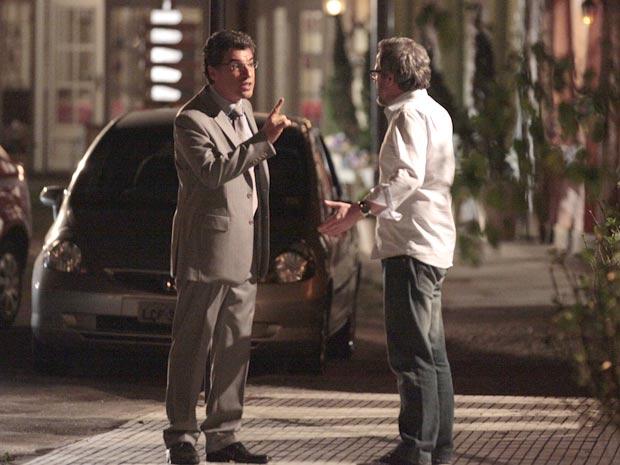 Jonas tenta ameaçar Lourenço, mas dessa vez ele o enfrenta (Foto: A Vida da Gente / TV Globo)