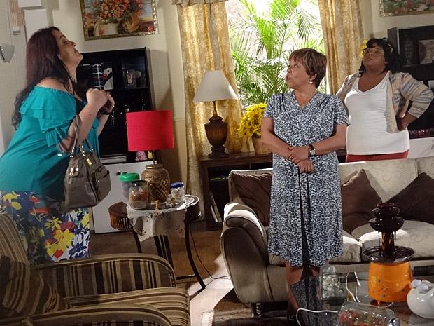 Marieta e Taluda discutem com Brites (Foto: Aquele Beijo/TV Globo)