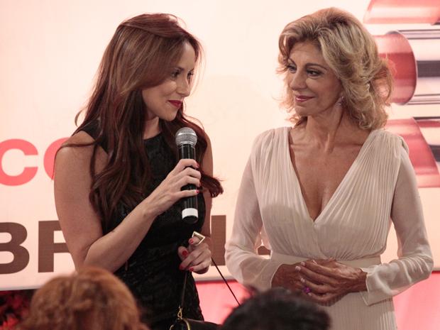 Maruschka apresenta Odessa como a nova estilsta da Comprare para a imprensa (Foto: Aquele Beijo/TV Globo)