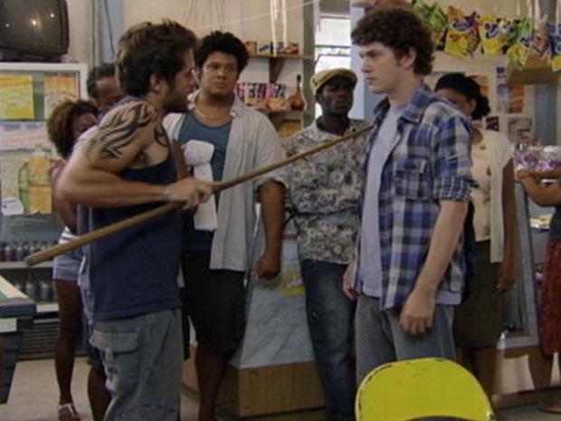 Gabriel e Moisés quase partem para a briga na Comunidade dos Anjos  (Foto: Malhação / TV Globo)