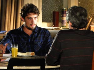 Rodrigo está preocupado em retomar a carreira (Foto: A Vida da Gente/TV Globo)
