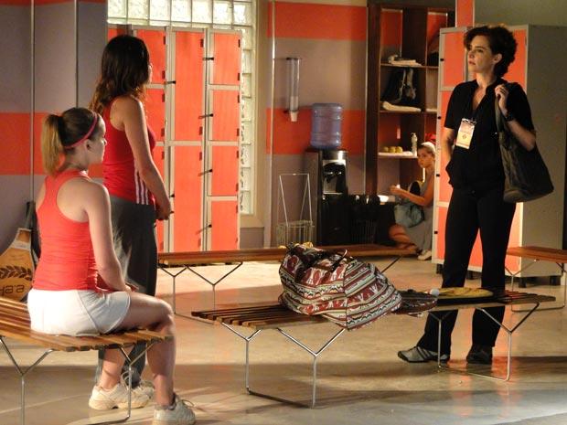 Sem meias palavras, Vitória humilha a própria filha no vestiário (Foto: A Vida da Gente/TV Globo)