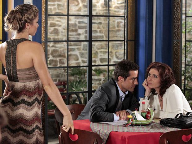 Lucena encontra Claudia e Vicente no Sonho D'Aveiro (Foto: Aquele Beijo/TV Globo)