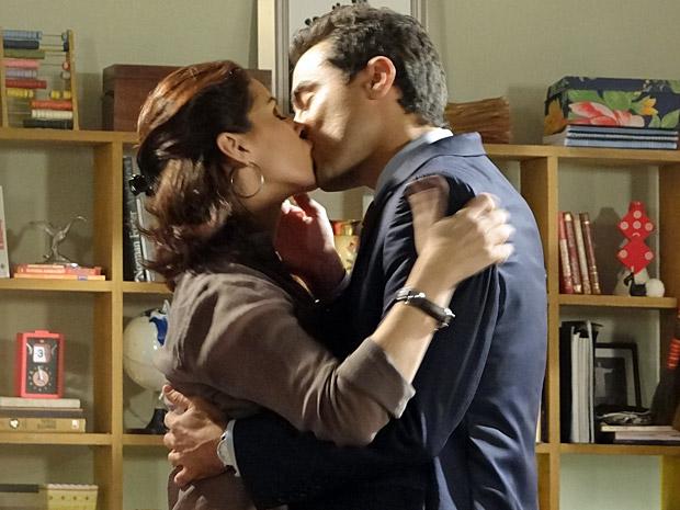 Vicente e Claudia se beijam (Foto: Aquele Beijo/TV Globo)