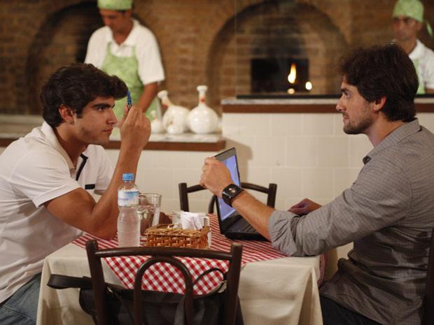 Antenor entrega o pendrive ao jornalista (Foto: Fina Estampa/TV Globo)