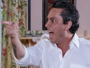 Baltazar perde a paciência com o mordomo (Foto: Fina Estampa/TV Globo)