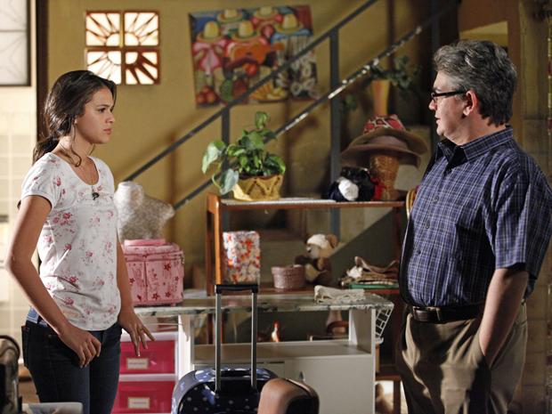 Belezinha diz a Bob que não tem raiva de Íntima (Foto: Aquele Beijo/TV Globo)