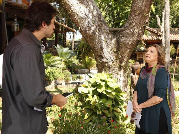 Íris fica assustada ao ser abordada pelo jornalista (Foto: Fina Estampa/TV Globo)