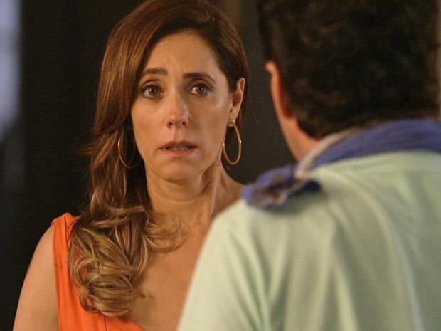 O mordomo chega a duvidar da patroa, que insiste no assunto (Foto: Fina Estampa/TV Globo)
