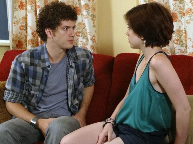Gabriel pergunta se Alexia está escondendo algo (Foto: Malhação / TV Globo)