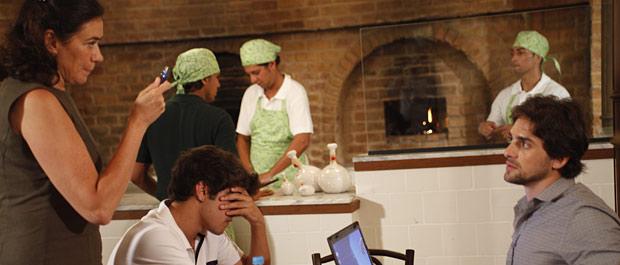 Griselda pega o filho no flagra, mas o jornalista consegue copiar o arquivo a tempo (Foto: Fina Estampa/TV Globo)