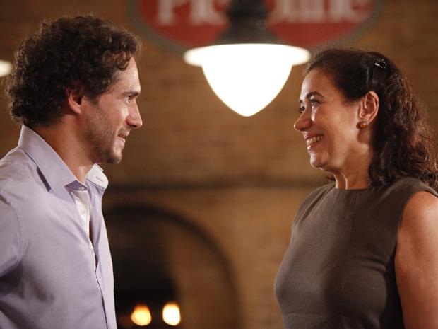 Griselda fica feliz em voltar a ser amiga de Guaracy (Foto: Fina Estampa/TV Globo)