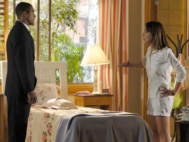 Lorena percebe que Cris faz de tudo para provocá-la (Foto: A Vida da Gente - TV Globo)