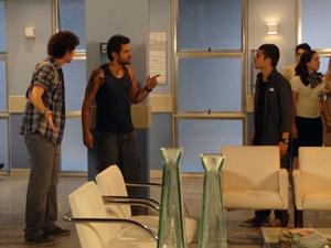 Moisés vê Tomás e pegunta o que ele está fazendo ali (Foto: Malhação / TV Globo)