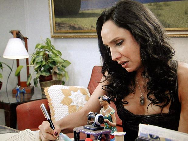 Raíssa assina o cheque para ajudar Agenor (Foto: Aquele Beijo/TV Globo)
