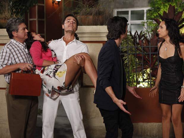 Ricardo socorre Belezinha e a leva para o hospital no carro de Brigitte (Foto: Aquele Beijo/TV Globo)