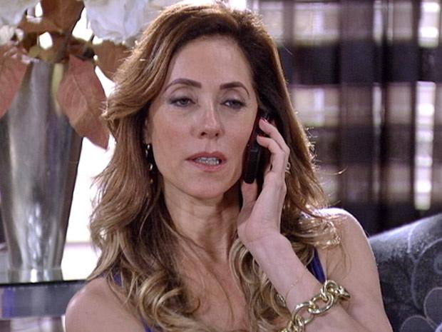 Tereza Cristina liga para Ferdinand e diz que tem mais um serviço para ele (Foto: Fina Estampa/TV Globo)