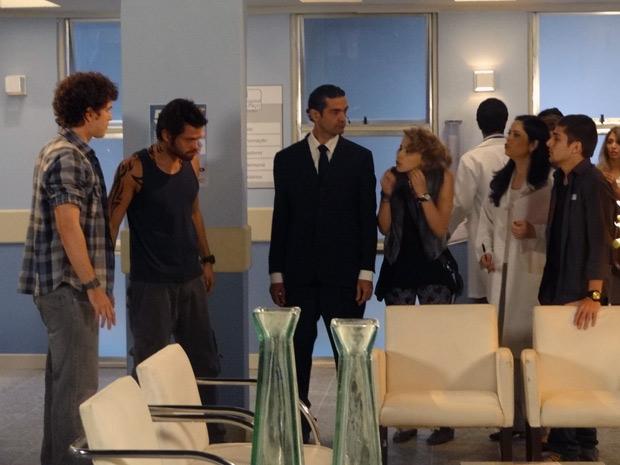 Tomás e Moisés vão ao hospital e armam maior confusão com Gabriel (Foto: Malhação / TV Globo)