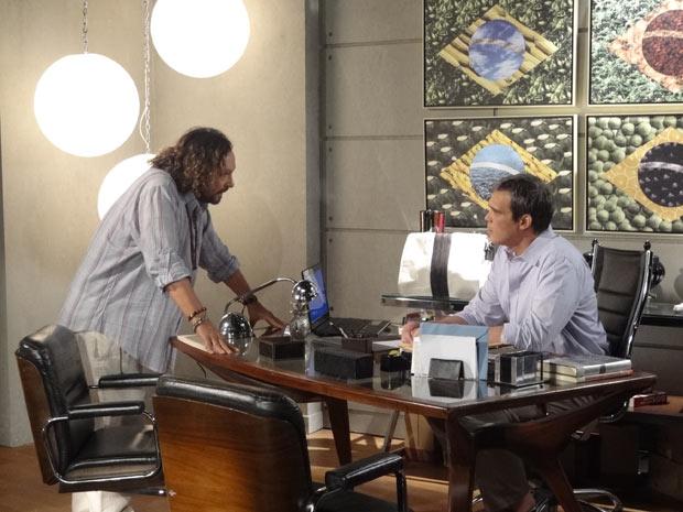 Álvaro procura René para falar sobre Tereza Cristina (Foto: Fina Estampa / TV Globo)