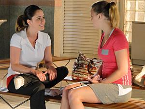 Ana dá folga para Sofia e conta que sairá com Lúcio (Foto: A Vida da Gente/ TV Globo)