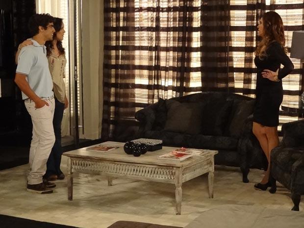 Patrícia choca a mãe ao dizer que está noiva de Antenor (Foto: Fina Estampa / TV Globo)