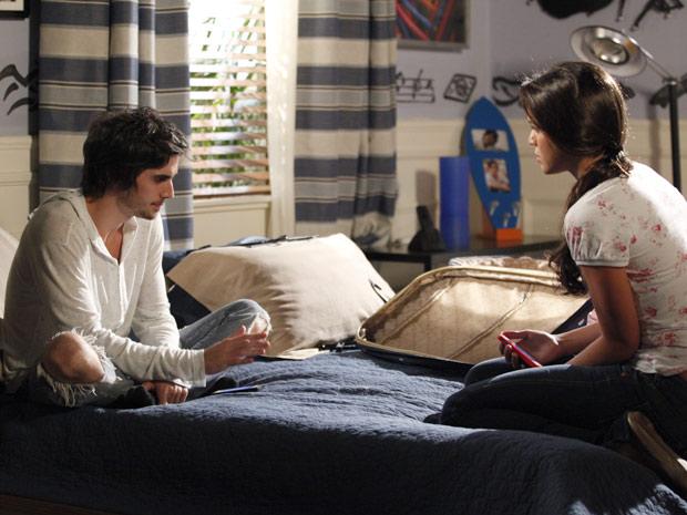 Sincera, Belezinha diz a Agenor que quer pôr fim ao casamento deles (Foto: Aquele Beijo/TV Globo)