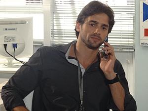 O jornalista telefona para Tereza Cristina (Foto: Fina Estampa / TV Globo)